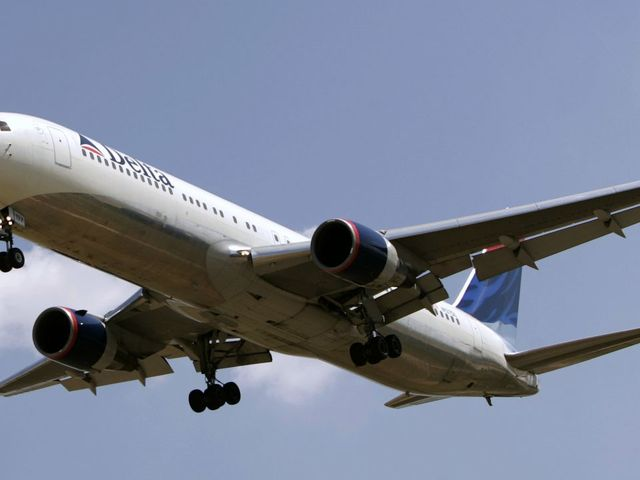 United modifies policy for booking crew on crowded flights