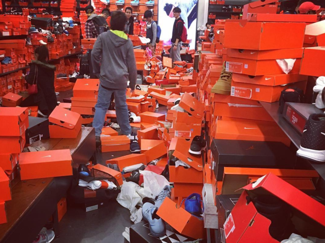 proteína Convocar Carteles  Earthquake or Black Friday? Shoppers leave Nike store trashed